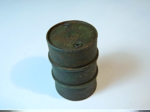 1/35 oil drums with rust closeup.